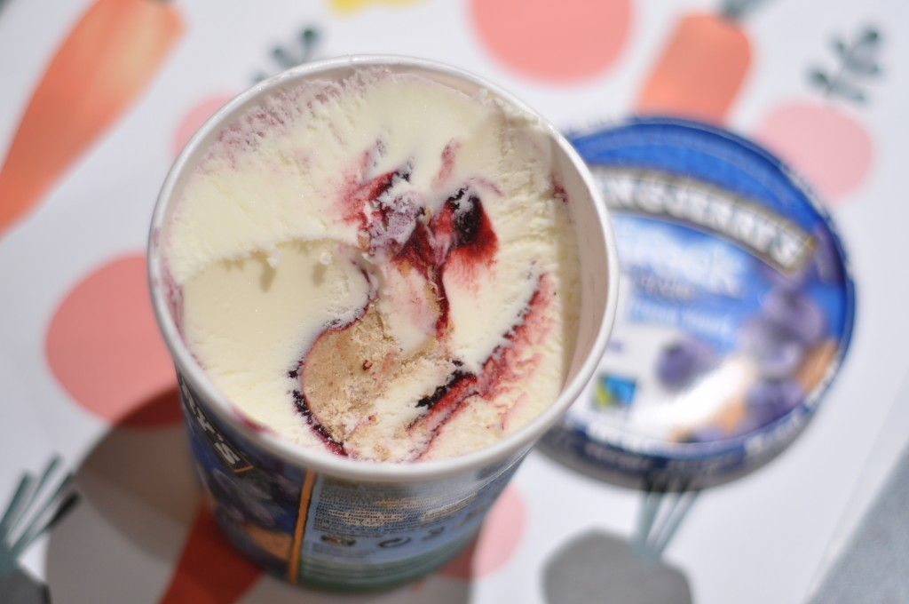 Så ser Ben & Jerry's Greek Style Frozen Yogurt Blueberry Cheesecake ut.